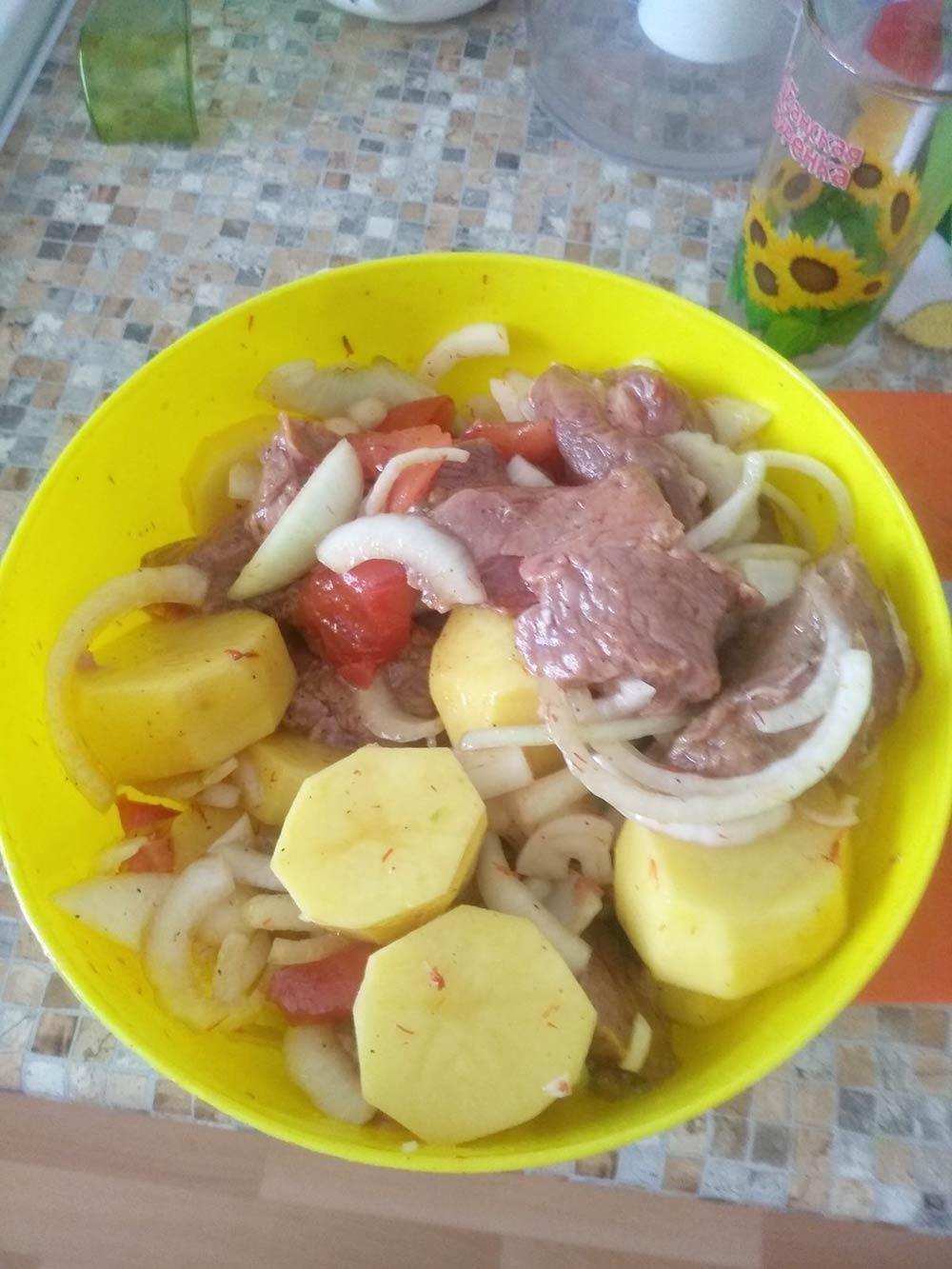Я использую необычные рецепты из кухонь разных народов, модернизированные подимеющиеся продукты. Сегодня запек порезанную кусками говядину скартошкой, луком и помидорами