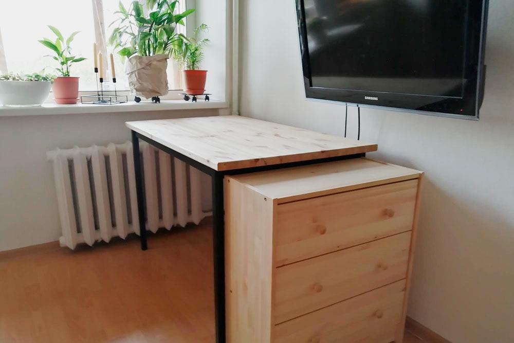 Стол я сделала сама, а комод из сосны купила готовый в «Икее». Осталось залачить. Еще в планах деревянные панели с подсветкой
