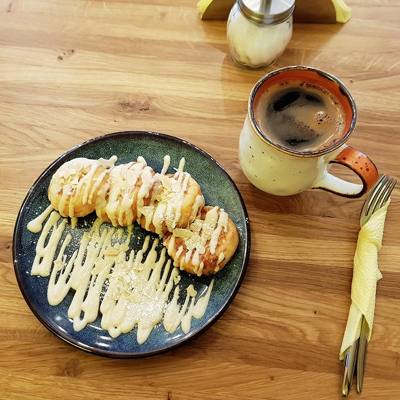 Люблю кофе в кафе «Маффин», и сырники тут тоже вкуснейшие. Съела только два сырника, еще два взяла с собой
