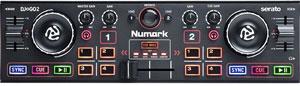 Простой компактный контроллер Numark DJ2GO2: на нем подгоняют и сводят треки. Весит меньше килограмма, стоит 4500 рублей