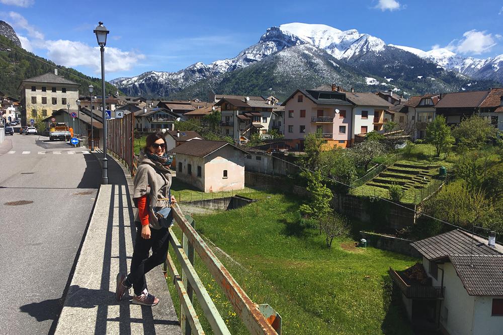 Ламон и гора Валлацца 2167м высотой. На фото Ирина — мы познакомились во время похода, а теперь живем вместе в Доломитах
