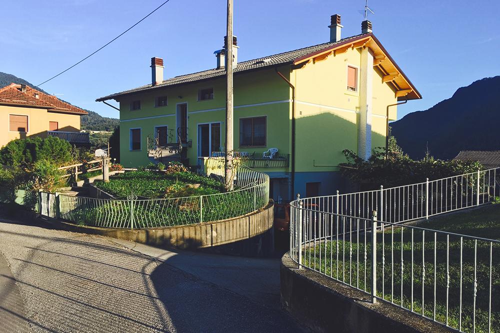 В этом доме находится моя первая квартира в Ламоне, я платил за нее 400€ в месяц, включая коммунальные услуги