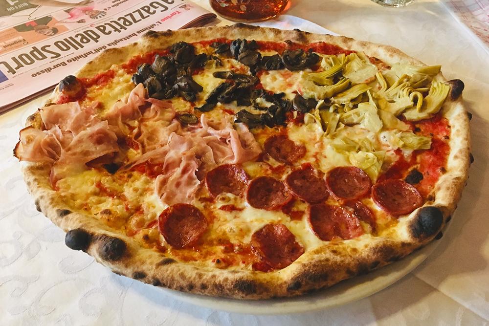 Пицца «Четыре сезона»: с прошутто, шампиньонами, артишоками и салями, стоит 8€. Чембольше ингредиентов в пицце — тем она дороже