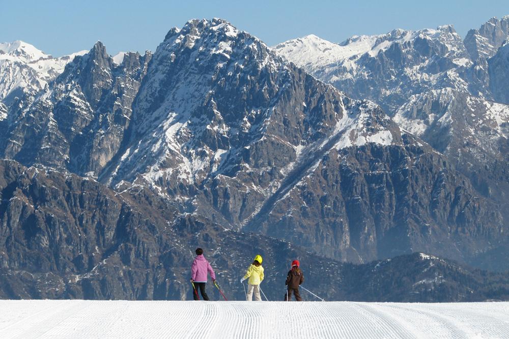 Зима — сезон лыж в Доломитовых Альпах. На фото гора Авена, вид на горы Ветте Фельтрине и национальный парк Доломити Беллунези
