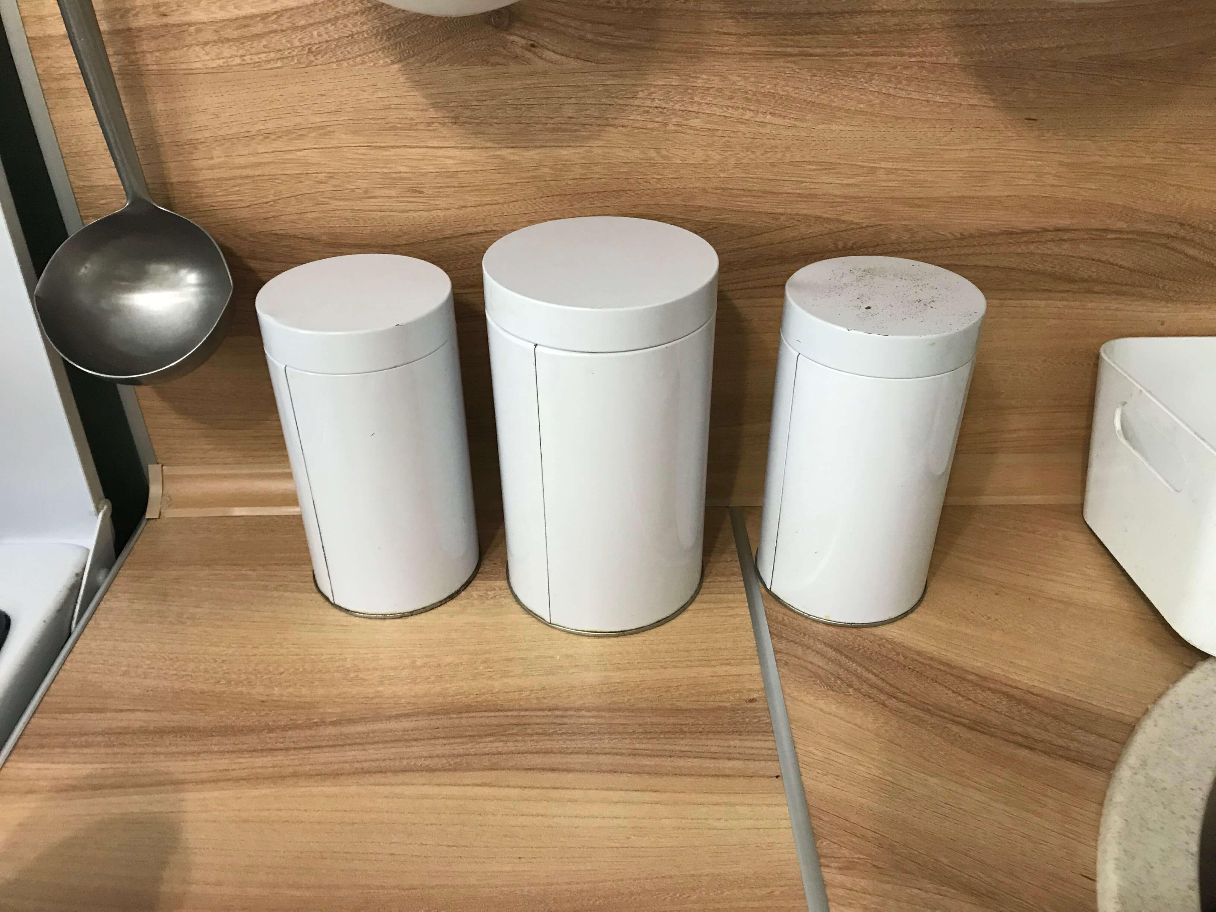 Вроде бы три одинаковые банки для круп, но вор откроет третью: она пыльная — значит, ей не пользуются — значит, там лежит что-то особенное