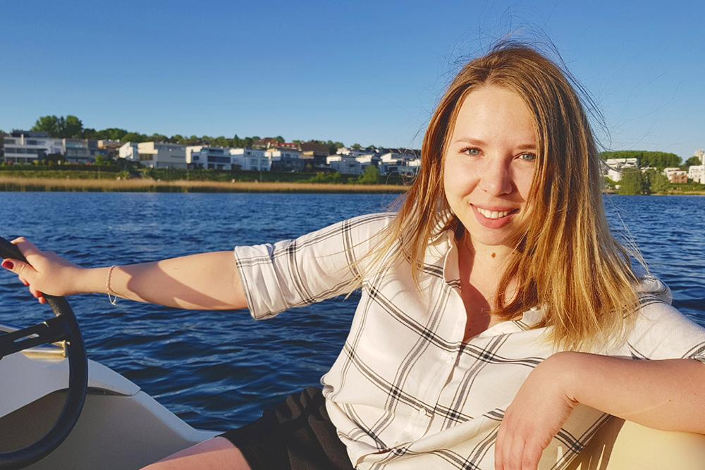 На озере Феникс-Зее рядом с нашим домом в Дортмунде можно арендовать катамаран или катер. Час аренды стоит 8€