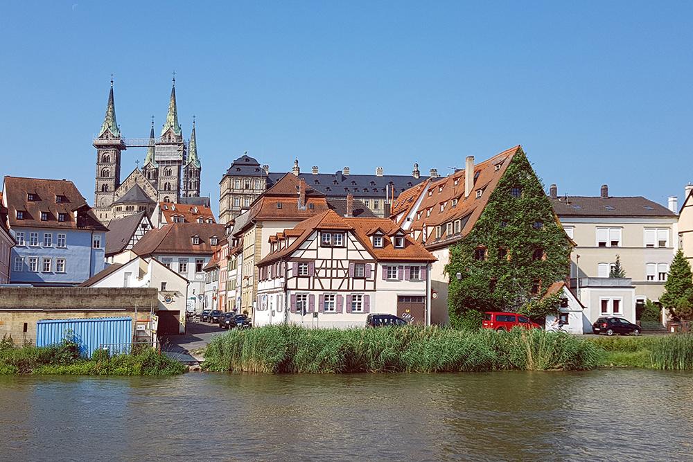 В 1993 году центр Бамберга включили в список наследия Юнеско. В этих зданиях живут обычные люди, а также сдаются комнаты и квартиры. Аренда комнаты в одном из домов на фото обходится в 300—400€