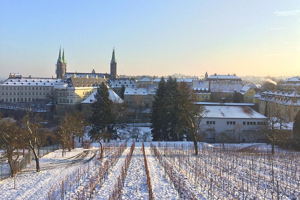 Вид на Бамберг и его виноградники зимой. Снег выпадает в Германии редко, но под снежным покровом город выглядит еще красивей
