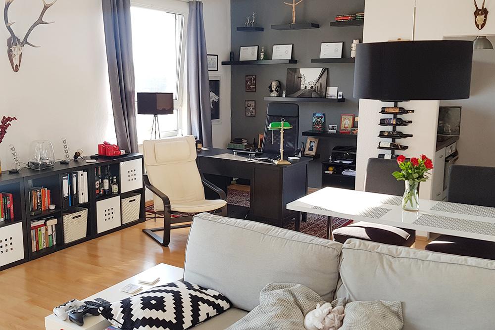 Наша квартира. Две комнаты на 56 кв. м. Квартиры редко сдают сразу с мебелью, поэтому здесь всё покупал мой молодой человек Женя несколько лет назад