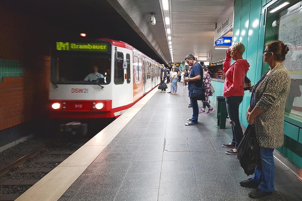 Одна из станций метро в Дортмунде. Платформы короткие, поезд состоит максимум из трех вагонов, но я пока видела только из двух. Поезда ходят раз в 10 минут, а по воскресеньям и праздникам — раз в 15 минут