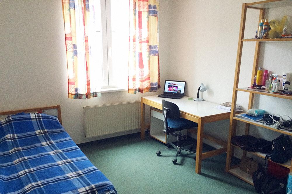 Моя комната в студенческом общежитии в Бамберге. В комнате всегда живет только один человек, но таких комнат может быть несколько в одном помещении с общей кухней и ванной. Комнаты всегда сдаются с мебелью, но безпостельного белья, подушек, посуды и ламп. Общежития однотипны во всех университетах