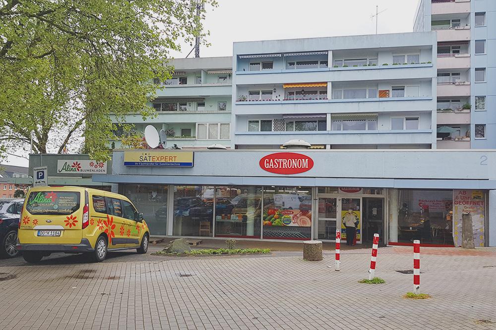 Магазин с русской едой «Гастроном». Слева цветочный магазин «Алина» с хозяевами-поляками
