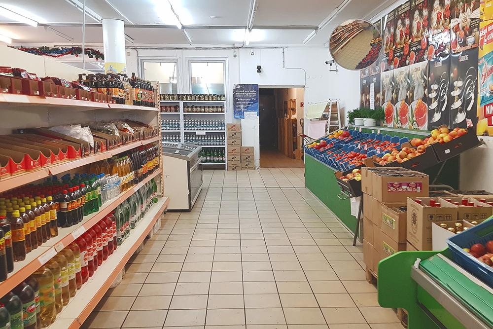 В «Гастрономе» продают то, что сложно найти в немецких магазинах: шоколадные конфеты, пряники, семечки, консервированные помидоры, варенье, сметану, докторскую и любительскую колбасу
