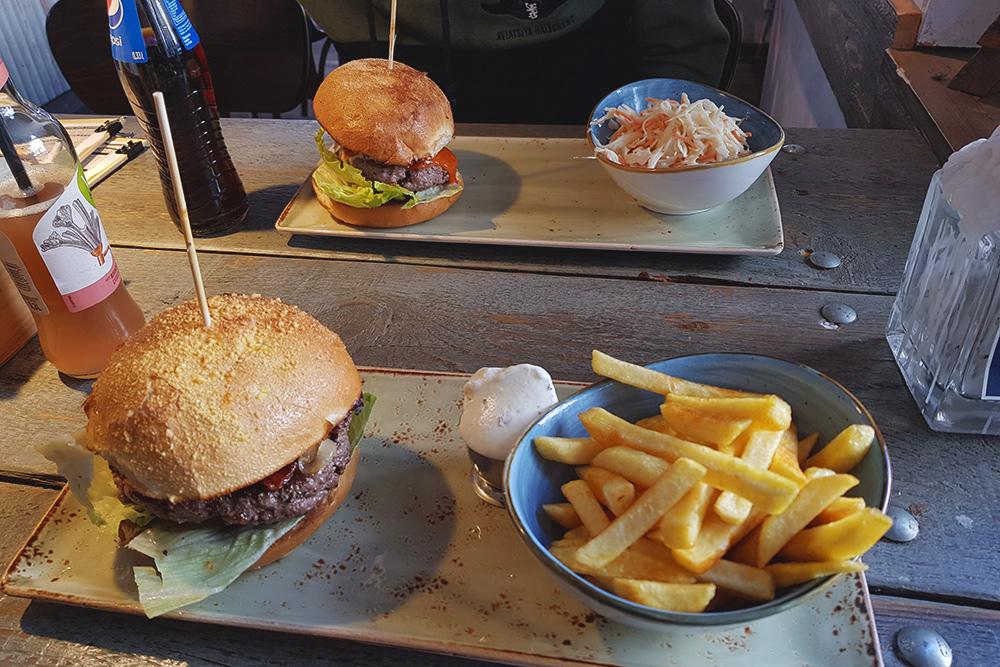 Buffalo Beef — неплохая бургерная в Дортмунде. Бургер с гарниром стоит от 10—15€ (700—1125 рублей) в зависимости от вида бургера. Безалкогольные напитки стоят еще по 2—4€ (150—300 рублей). На двоих можно наесться на весь день за 30€ (2250 рублей)