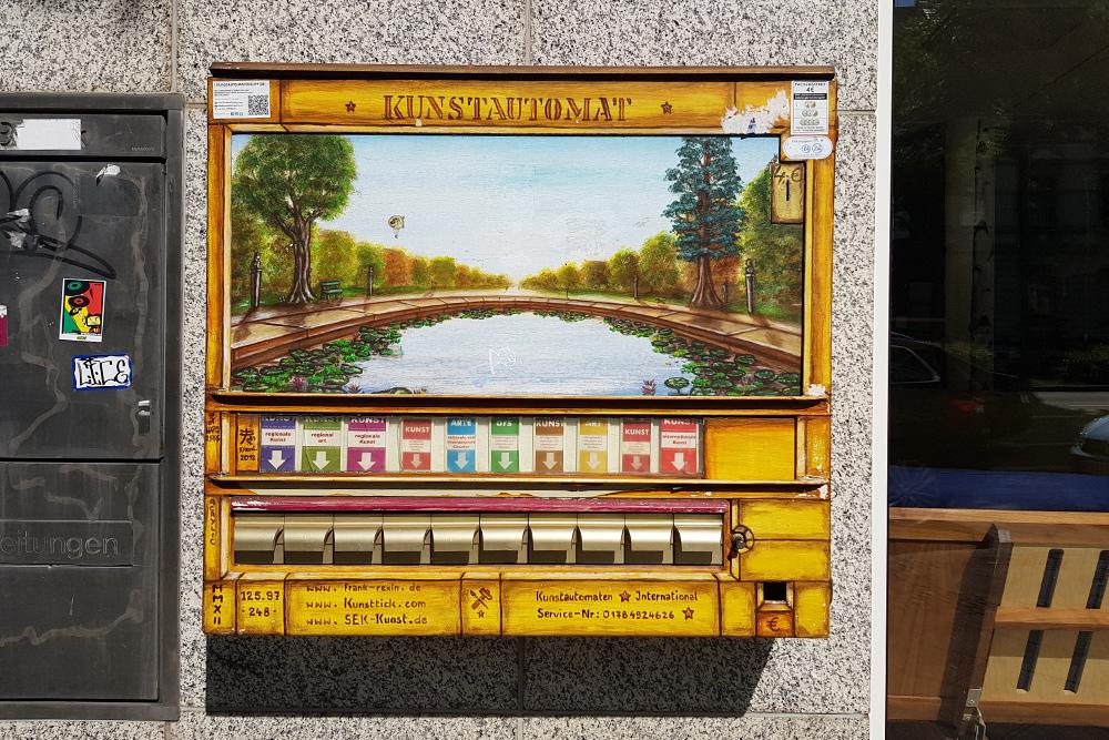 В центре Дортмунда можно встретить такие «автоматы искусства» — за 4€ (300 рублей) можно приобрести пачку мини-картин с ландшафтами региона. Никогда не видела, чтобы ими кто-то пользовался