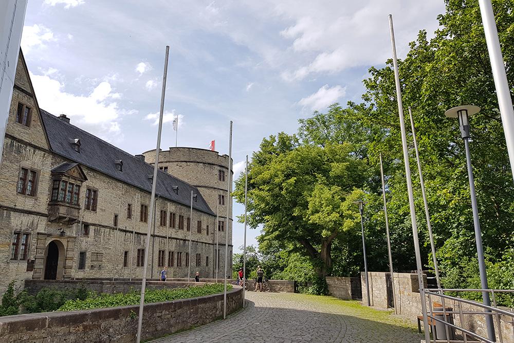 Замок Вевельсбург находится в 90 км от Дортмунда. В 1945 году замок был взорван, так как в 30—40-х годах прошлого века нацисты выбрали его одним из своих стратегически важных центров. Вскоре замок отреставрировали и теперь тут находятся музей и экспозиция о Третьем рейхе