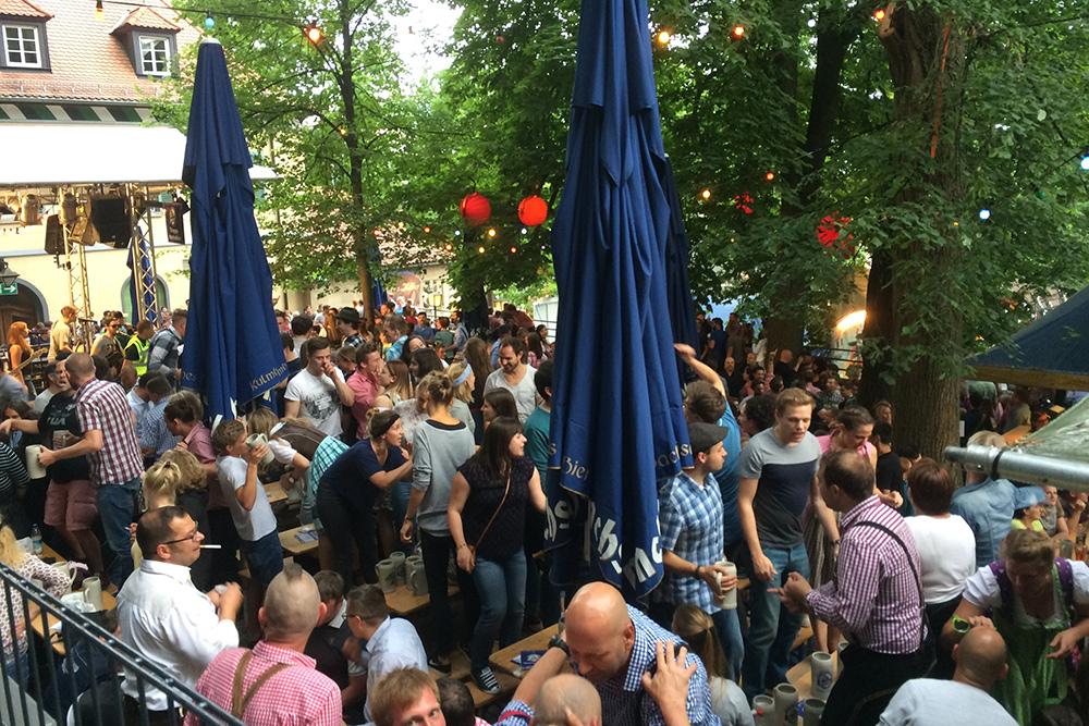 Баварцы трепетно относятся к своей пивной культуре и устраивают пивные фестивали практически во всех городах. Это фестиваль Бергкирхвайх в Эрлангене — студенческом городке недалеко от Бамберга. Конечно, такие празднования гораздо меньше по масштабам, чем Октоберфест, но по градусу веселья они ничем ему не уступают