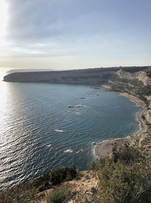 Здесь можно поплавать или порыбачить с берега. А еще — понаблюдать за птицами, которые гнездятся в скалах