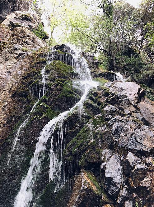 В мае у водопада прохладно