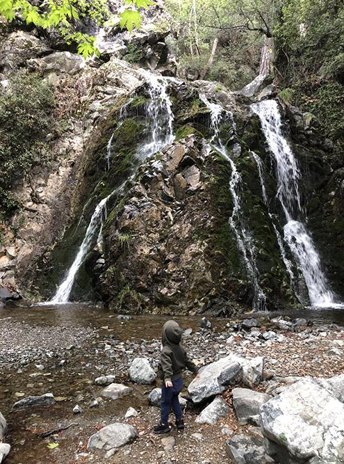 Побывавшие у водопада путешественники советуют обязательно подняться наверх: с высоты можно увидеть несколько каскадов и сделать красивые снимки