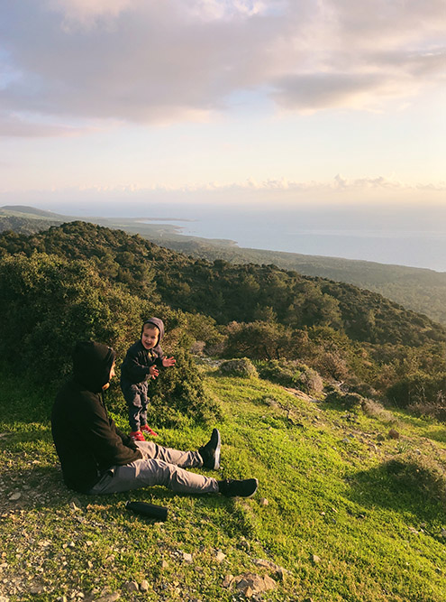 С холма открывается живописный вид на бухты Акамаса. Здесь особенно любишь Кипр и его природу