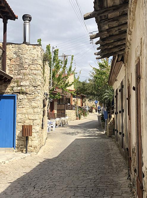 Туристы могут остановиться в одном из отелей Лофу. Например, в гостевом доме Oinoessa Traditional Boutique в центре деревни. Номер в этой гостинице стоит 80€