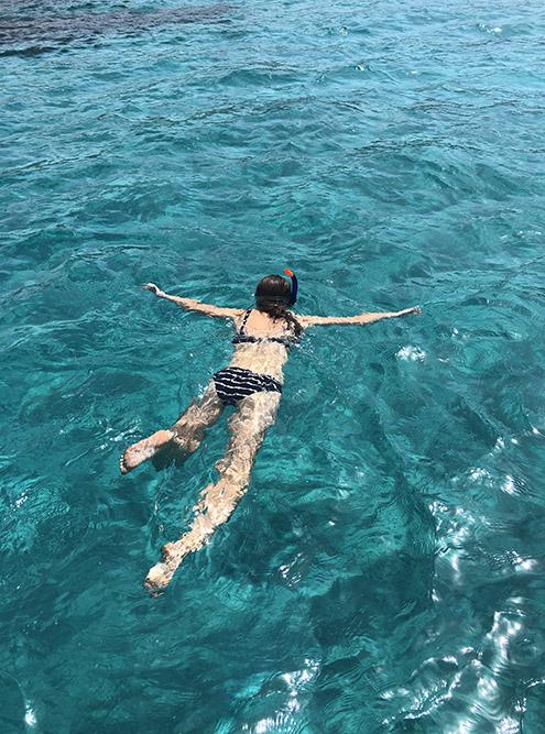 Вода в заливе Манолис похожа на мармелад