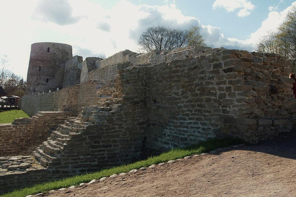 Изборская крепость не перегружена туристами, здесь можно погулять в тишине и спокойствии. Источник: zemsckova / Pixabay