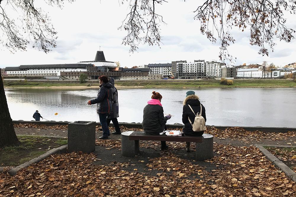 Набережная правого берега реки Великой — популярное в городе место для променада, но вид отсюда далеко не самый лучший