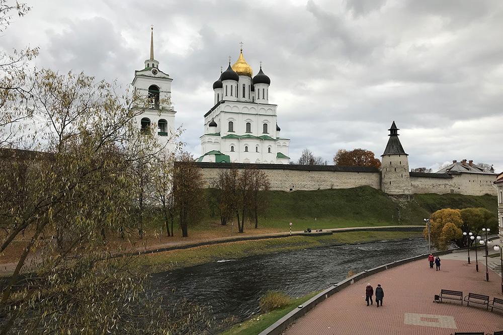 С Советской набережной реки Псковы видишь кремль с нового ракурса