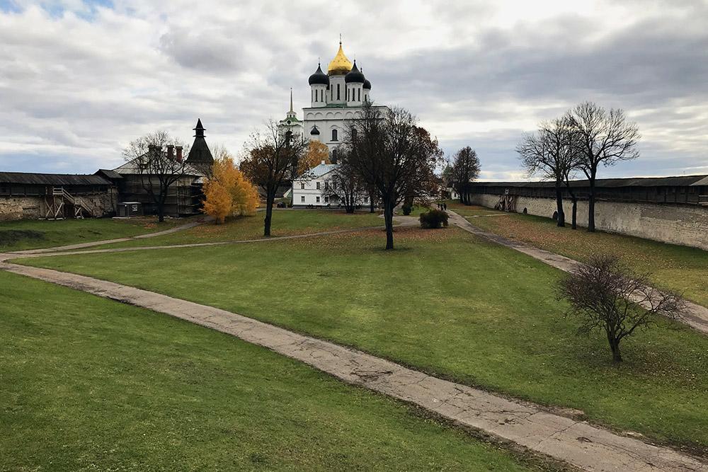 Так выглядит Свято-Троицкий собор с крепостной стены кремля