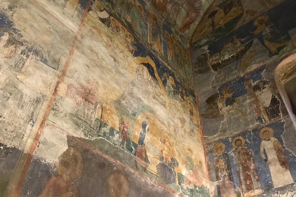 Некоторые фрески все еще спрятаны под слоем штукатурки