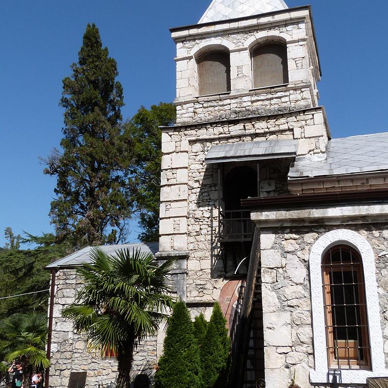 Каманский монастырь — это современная постройка с имитацией старины