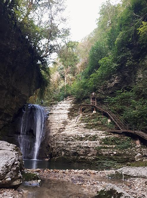 Справа от водопада оборудована лестница