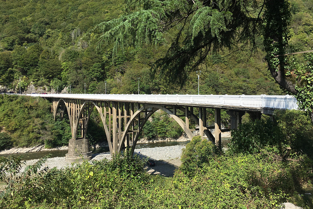 Транспортная часть моста над Гумистой узкая: с трудом разъедутся два автобуса. Зато есть пешеходная дорожка