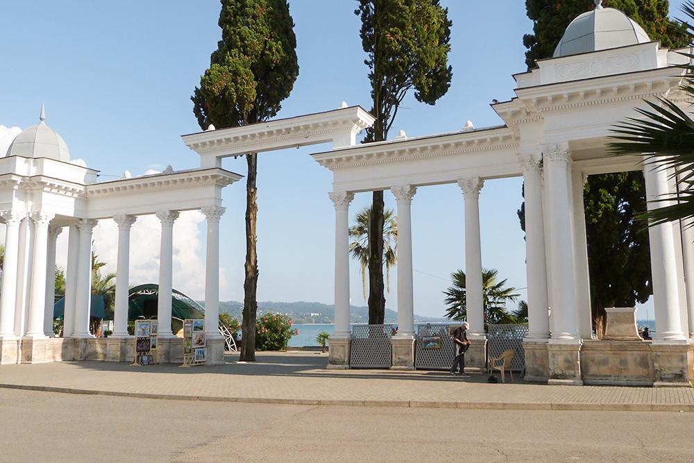 Белая колоннада особенно эффектно смотрится издалека, на фоне моря, неба и зелени