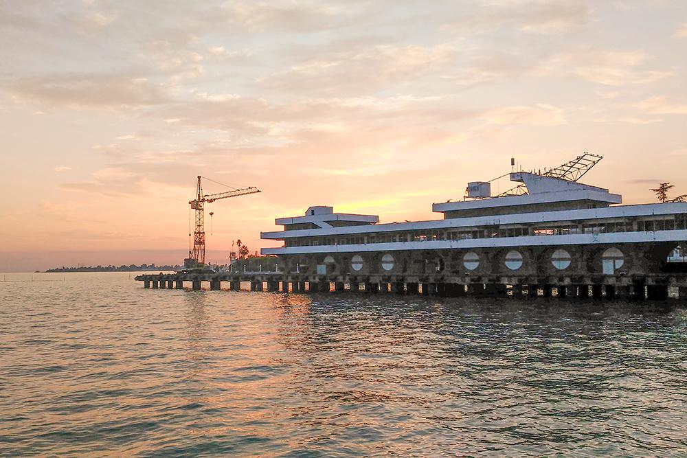 Без башенного крана морского порта закат выглядел бы еще красивее