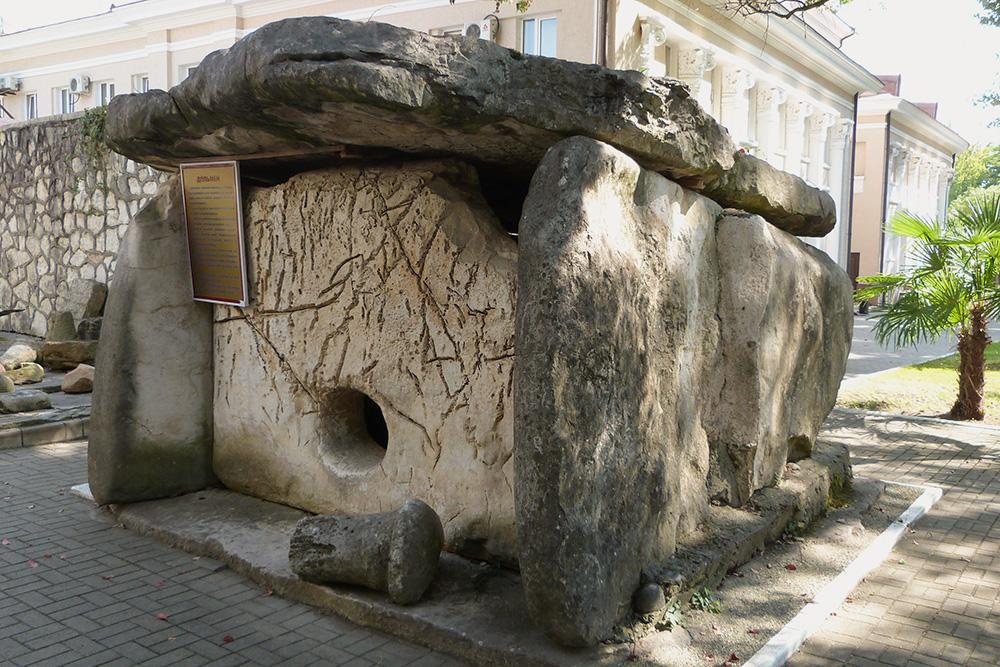 Дольмен — погребальное и культовое сооружение. Возраст этого дольмена перед входом в музей — около 5000 лет. Его крыша весит 12 тонн