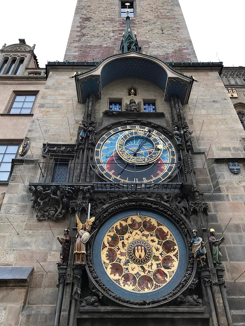 Часы работают с 1410 года. Тогда появились механические часы и астрономический циферблат