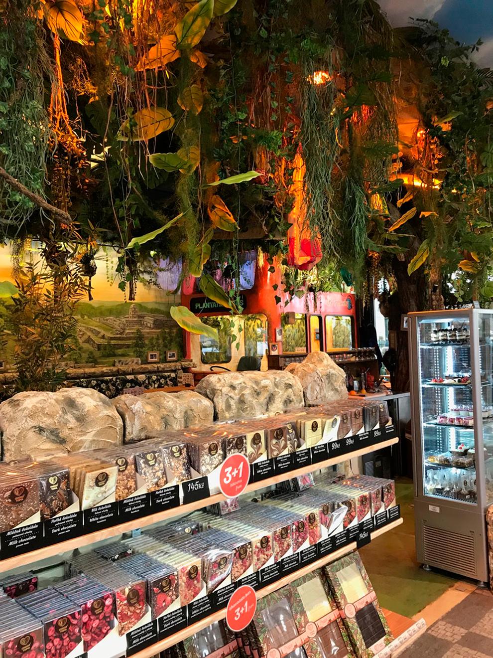 В магазине рядом с музеем продают кусковой шоколад, плитки, помадки и нугу
