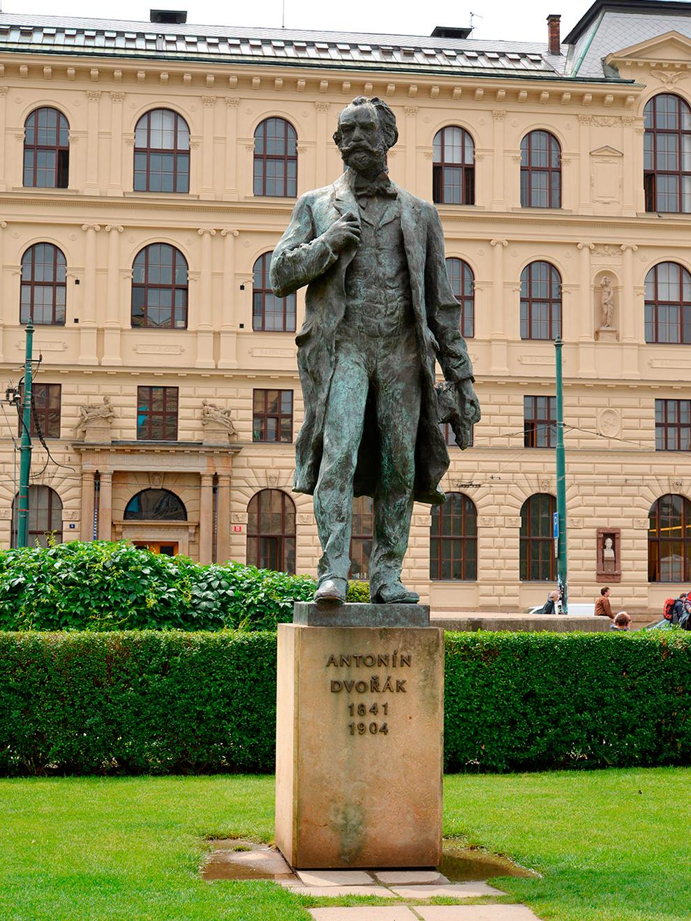 У памятника чешскому композитору Антонину Дворжаку назначают встречи и свидания. Источник:Shutterstock