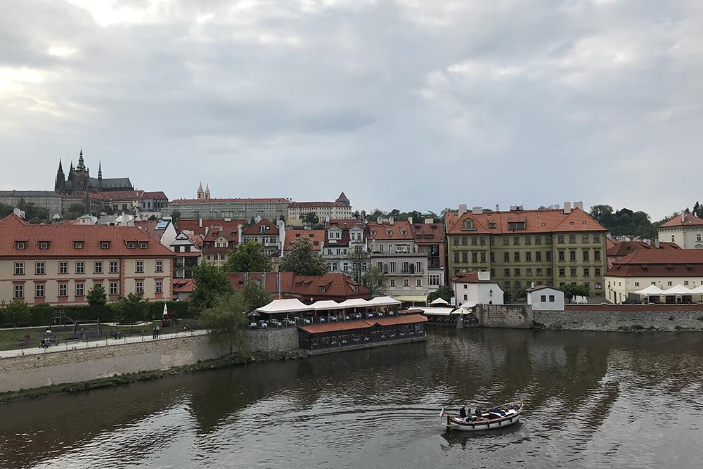 Прагу называют городом красных крыш. Керамическая черепица много веков была единственным доступным материалом. Сейчас есть и керамическая, и металлическая черепицы разных цветов, но чехи своим традициям не изменяют