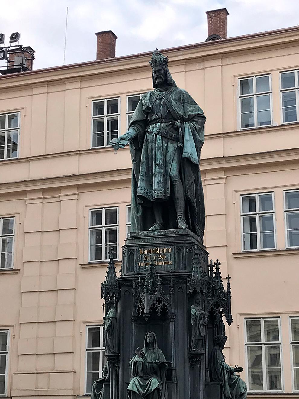 Памятник королю Чехии — Карлу IV. В честь него назван мост