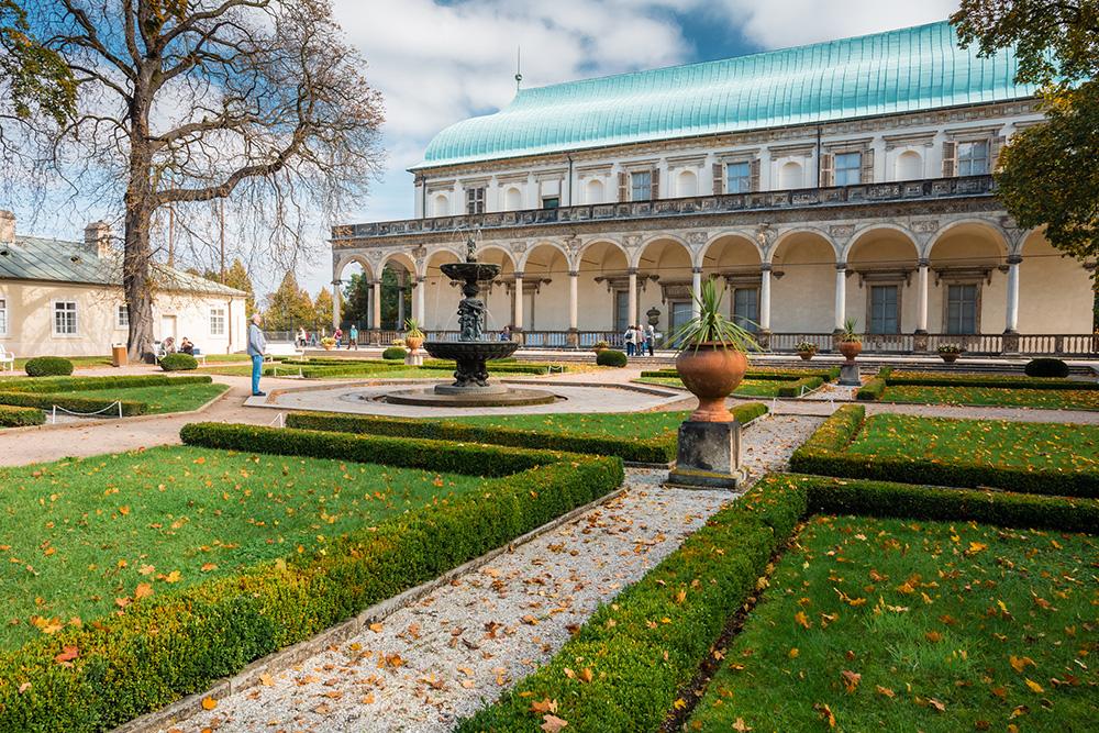 Роскошный дворец на территории сада — подарок Фердинанда I жене Анне. Во дворце проводятся выставки изобразительного искусства. Источник: Grisha Bruev/ Shutterstock