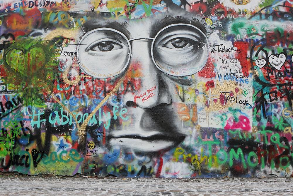 Русские надписи на стене тоже есть. Источник: emka74 / Shutterstock