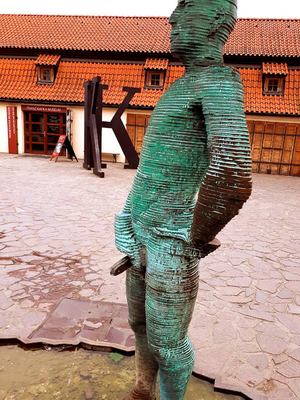 Если отправить смс с текстом на номер +42072 437-07-70, статуи постараются «выписать» послание