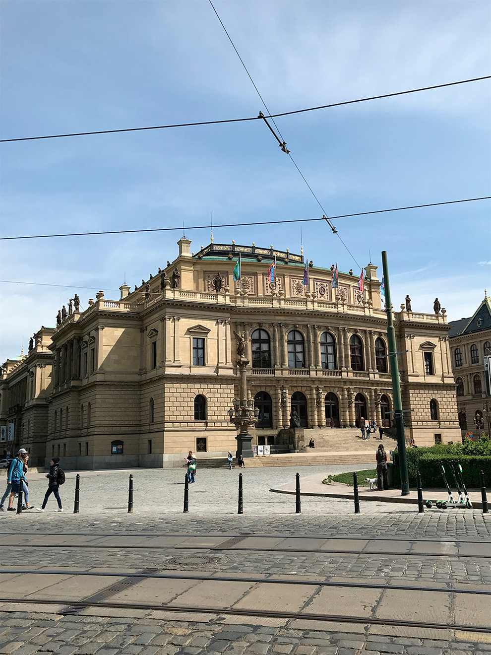 Рудольфинум построили по заказу Сберегательного банка Чехии в качестве подарка людям