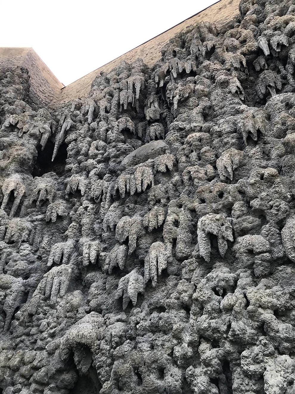 В южной части сада — сталактитовая стена