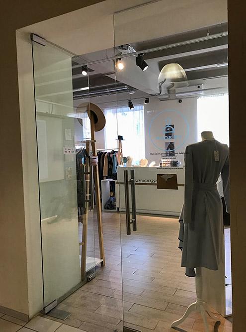 Помимо галерей, в здании есть несколько маленьких магазинов одежды