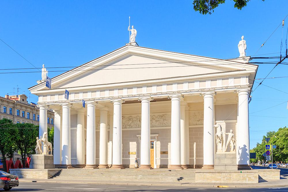 Найти «Манеж» легко: это здание с колоннами рядом с Исаакиевским собором и Александровским садом. Источник: Maykova Galina / Shutterstock